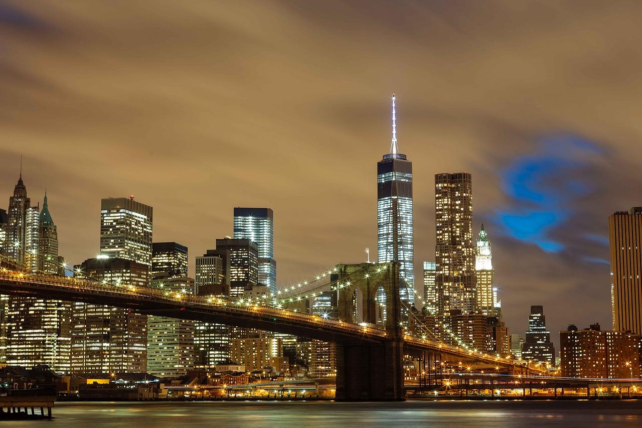 Brooklyn bridge by night med bron i fokus